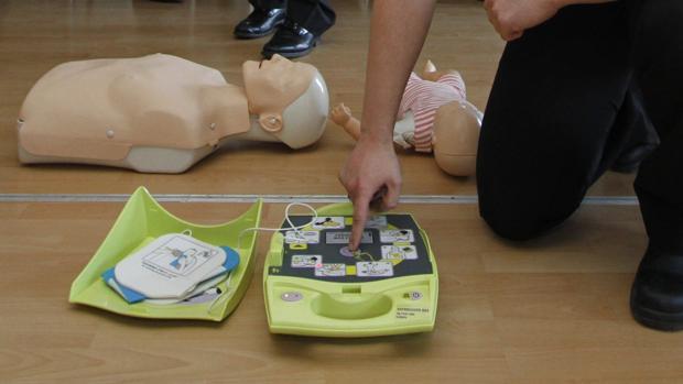 Ejemplo de desfibrilador, equipo utilizado para atender de urgencia a personas qeu sufren ataques cardíacos