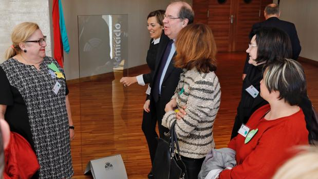 Herrera, con miembros de las asociaciones de centros de Educación Especial