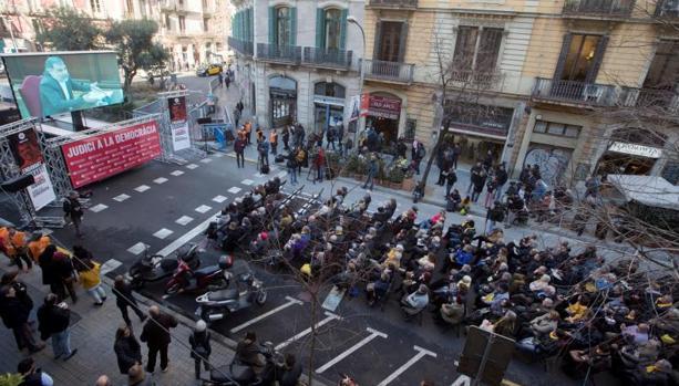 Pantalla de Òmnium, en la calle Diputación, para ver la declaración judicial de Jordi Cuixart