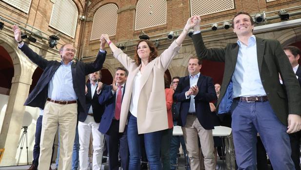 Casado, con Pío García-Escudero e Isabel Díaz Ayuso, en el acto de presentación de candidatos del PP a alcaldías de la zona este