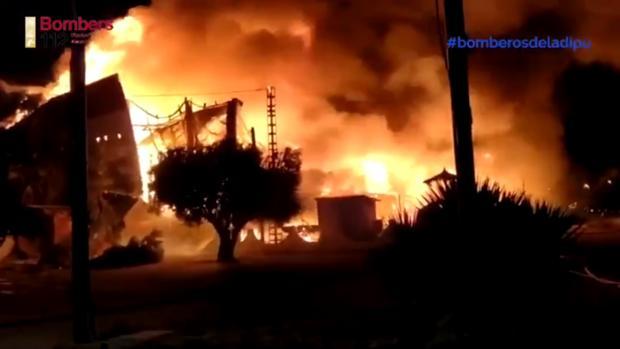 Imagen del incendio en una nave industrial en Pilar de la Horadada (Alicante)