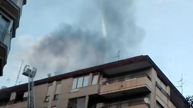 Humo negro saliendo del incendio en el inmueble de Elche donde ha muerto un hombre