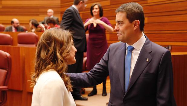 El nuevo presidente de las Cortes, Ángel Ibáñez, saluda a la segoviana Raquel Sanz Lobo, que ha taomado también posesión como procuradora del Grupo Popular por su provincia en sustitución de Silvia Clemente