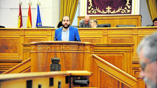 El diputado del PSOE Miguel González habla este jueves desde la tribuna del Parlamento regional