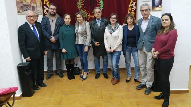 Miembros de la Sociedad Arte con la alcaldesa y periodistas de Toledo
