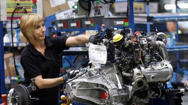Una trabajadora de la planta de Nissan en Barcelona