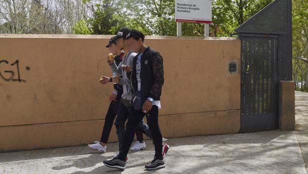 Tres menores no acompañados a las puertas del centro de Hortaleza