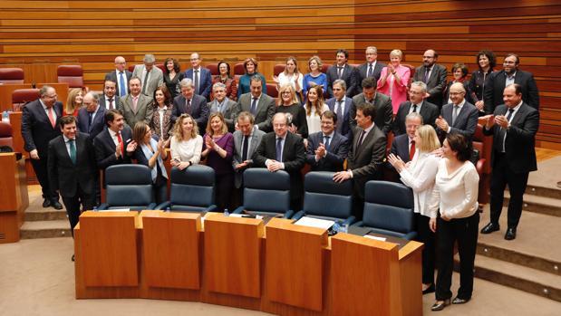 Herrera es aplaudido por los procuradores populares en el último pleno de esta legislatura