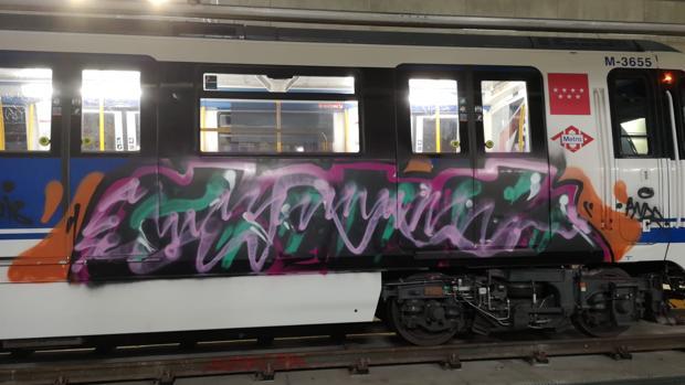 Uno de los vagones de tren vandalizados durante el asalto masivo en Las Rosas, el 2 de noviembre