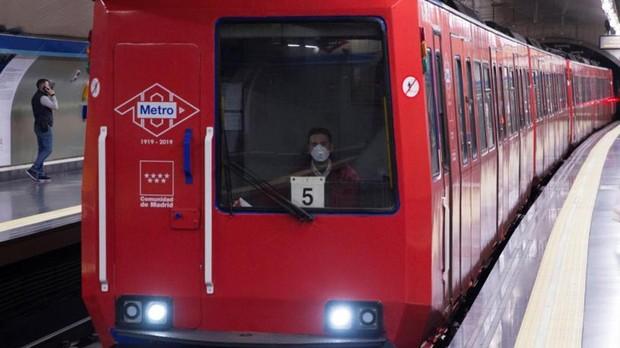 Un conductor del Metro de Madrid con mascarilla