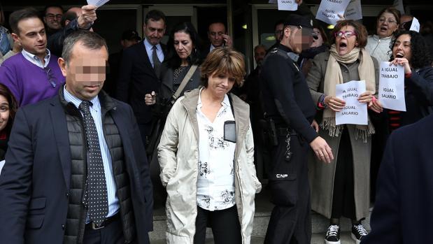 La ministra sale del palacio de Justicia en medio de funcionarios y abogados del Turno de Oficio