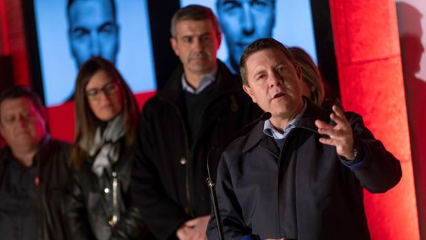 García-Page, en la tradicional pegada de carteles para las elecciones generales
