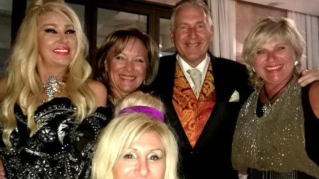 El falso «príncipe de Marbella» con unas amigas en un evento en la ciudad malagueña de la que ha tomado el título