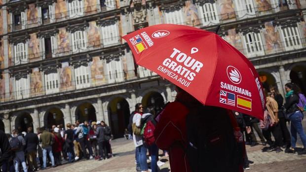 Un guía turístico, en la Plaza Mayor