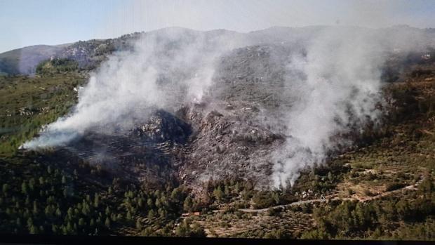 Vista aérea de la zona del incendio en la sierra entre Benichemba y Castell de Castells