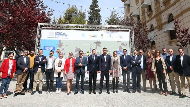 César Sánchez (centro), este miércoles en al presentación de la Gran Carrera del Mediterráneo