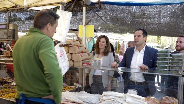Ignacio Aguado, candidato de Ciudadanos a la Comunidad de Madrid, durante su visita al mercadillo de Majadahonda