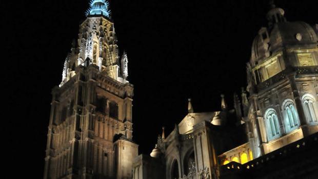 La catedral, iluminada de noche