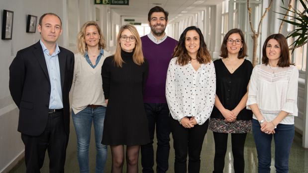 Aleix Prat (primero por la izquierda) junto al equipo de investigadores edl Clínic que han participado en el estudio