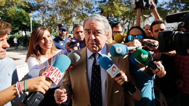 José María Corbín, atendiendo a los medios de comunicación en Valencia