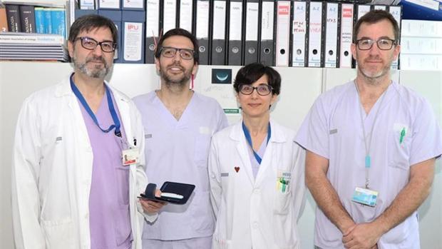 Equipo de La Fe con el nuevo dispositivo para controlar la incontinencia urinaria