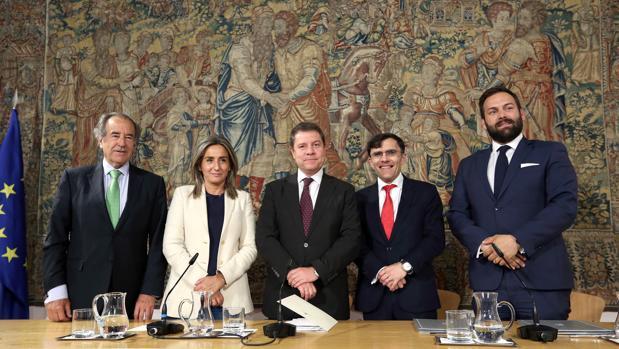 Milagros Tolón, Emiliano García-Page, Alberto Durán y Erwan de Villeón, entre otros, en la firma del convenio en el Palacio de Fuensalida