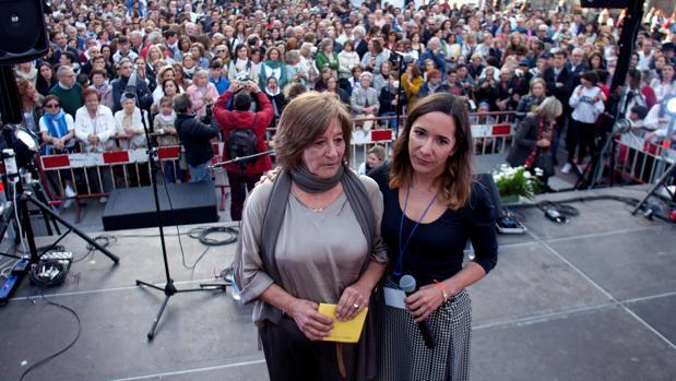 La madre y la hermana de Déborah, durante el homenaje a la joven viguesa este martes