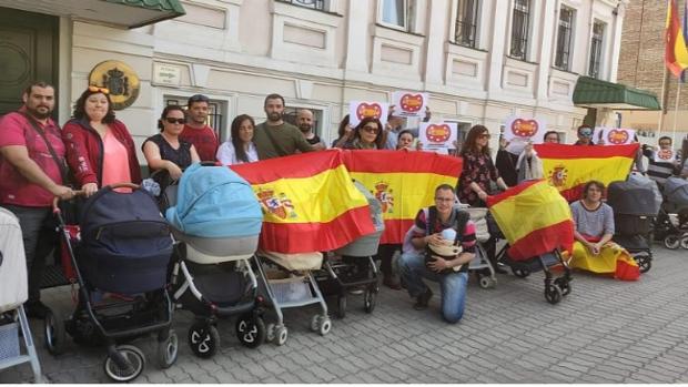 Familias ante la Embajada de España en Kiev, Ucrania