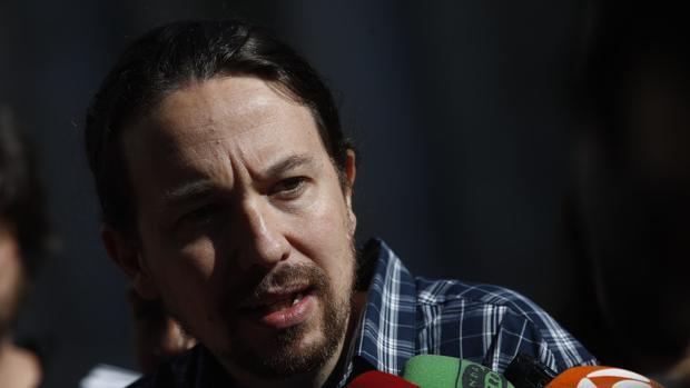 El secretario general de Podemos, Pablo Iglesias, interviene ante los medios de comunicación el uno mayo, en Madrid