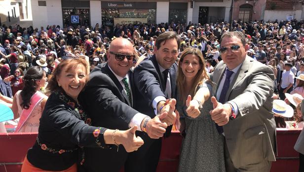 Núñez, en el centro, este domingo con los alcaldes de Mora, Gáálvez y Guadamur, y la secretaria general del PP