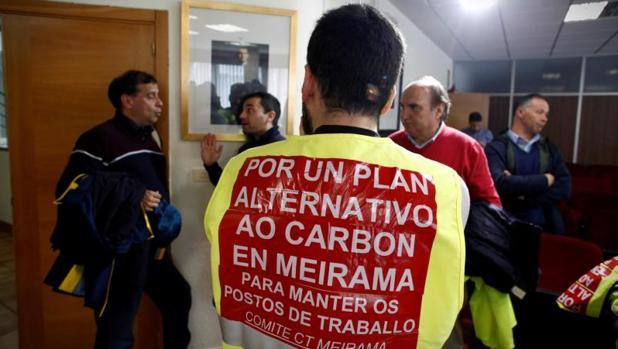 Trabajadores de Meirama, ayer en el Ayuntamiento de Cerceda