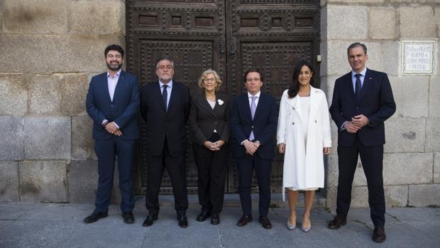 De izquierda a derecha: Carlos Sánchez Mato (Madrid en Pie) Pepu Hernández (PSOE), Manuela Carmena (Más Madrid), José Luis Martínez-Almeida (PP), Begoña Villacís (Ciudadanos) y Javier Ortega Smith (Vox)