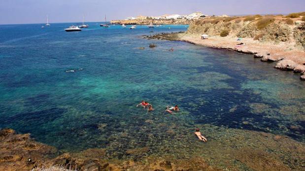 Tabarca tiene varias calas de aguas cristalinas, como reserva marina que es, además de su playa