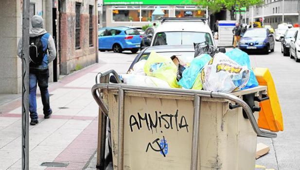 Las reiteradas huelgas en la recogida de basuras convierten en habitual esta imagen en La Coruña
