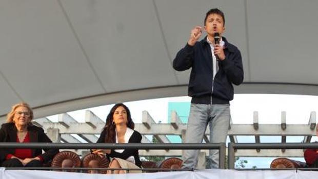 Errejón, junto a Carmena y Clara Serra, en el inicio de campaña en Orcasitas