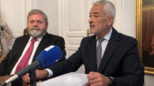 Luis Pineda -derecha-, junto a su abogado, Miguel Durán, en la rueda de prensa que ha ofrecido