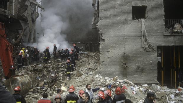 Miembros del grupo de rescate trabajan en el desescombro de la casa cuartel de la Guardia Civil destruida por un coche bomba de ETA, en 1987