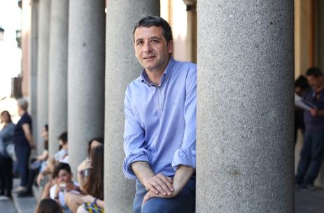 Esteban Paños posa para ABC en la plaza de Zocodover
