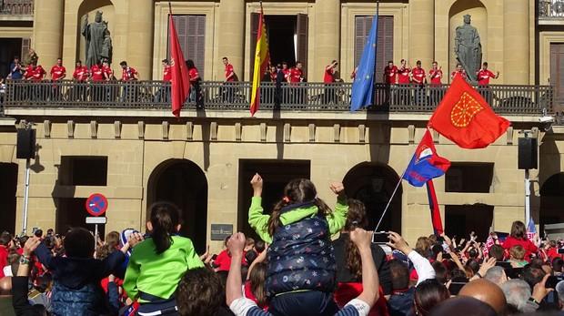 Miles de aficionados esperaban al club rojillo en el Palacio de Navarra