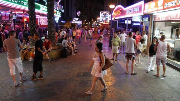 Imagen de archivo de una de las calles de locales de fiesta en Benidorm