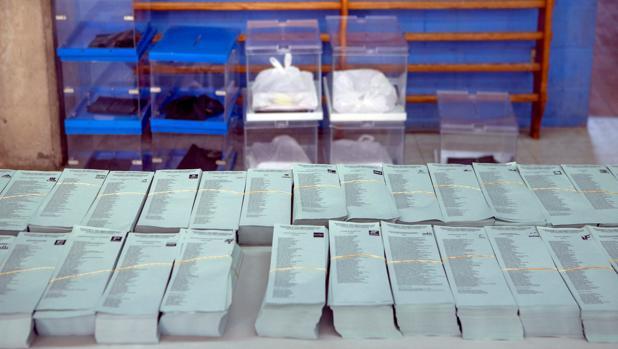 Papeletas y urnas preparadas para su traslado a colegios electorales