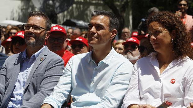 De izquierda a derecha, el candidato socalista a la alcaldía de Palma de Mallorca, José Hila, el presidente del Gobierno en funciones y secretario general del PSOE, Pedro Sánchez y la candidata del PSOE al Consell de Mallorca, Catalina Cladera