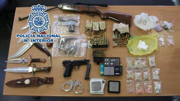 Dos pistolas envasadas al vacío, entre las armas y las drogas intervenidas en la operación de la Policía Nacional en Alicante