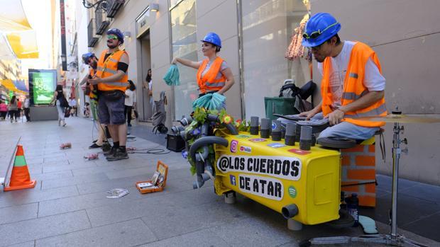 El grupo Los Cuerdos de Atar, en una de sus actuaciones en la calle de Preciados