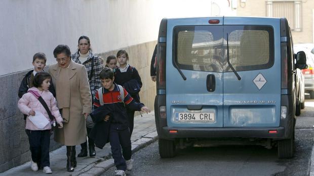Nilos cruzando la calle de camino al colegio