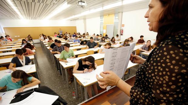 Imagen de archivo de un examen de las PAU en Valencia