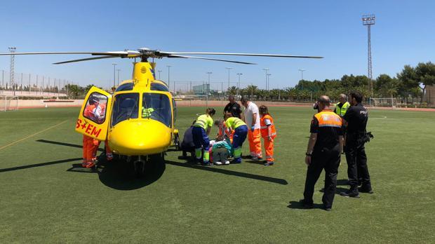 Personal del SAMU se dispone a trasladar al herido en el helicóptero medicalizado