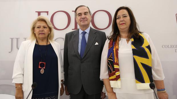 Ángeles Pedraza, José María Alonso y Maite Araluce en el acto de homenaje a las víctimas del terrorismo