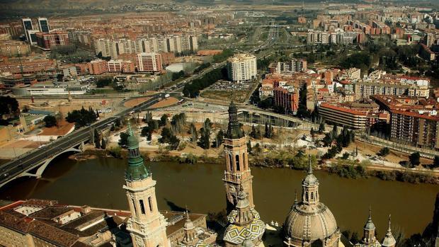 Vista panorámica de la capital aragonesa, con las torres de la Basílica del Pilar en primer plano
