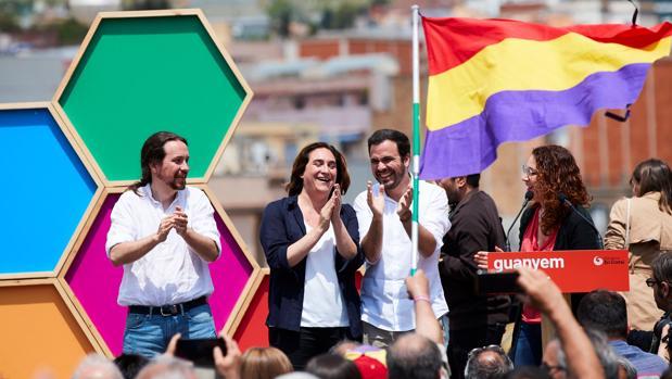 Pablo Iglesias, Ada Colau y Alberto Garzón, en un mitin con la bandera de la II República